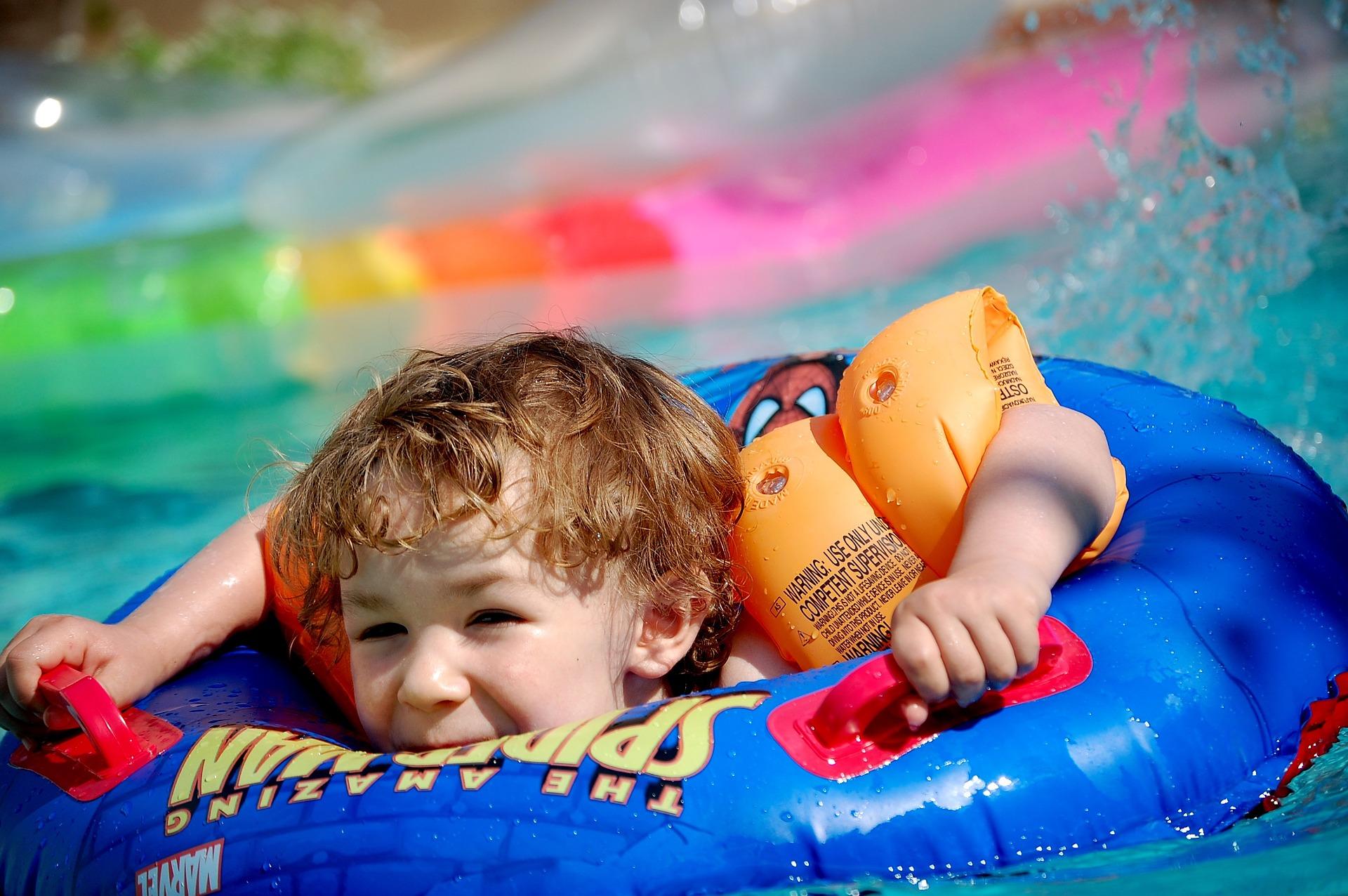 kind met zwembandjes