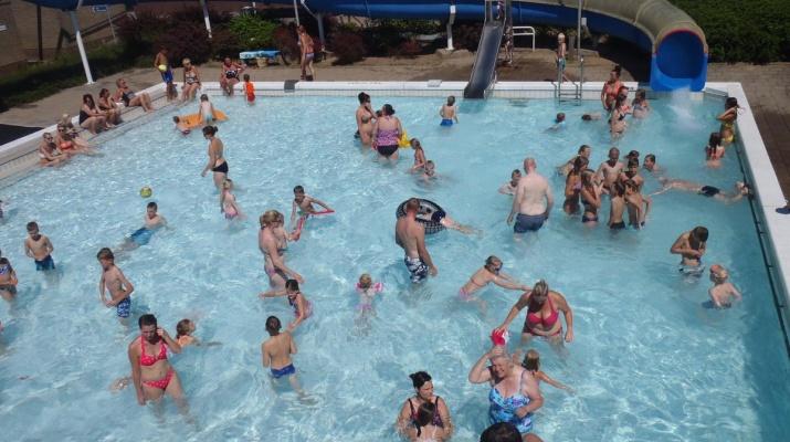 mensen in zwembad met glijbaan, Hessenbad Hoog-Keppel