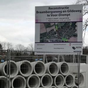 rioolbuizen onder bord met tekst reconstructie Braambergseweg en Gildeweg te Voor-Drempt