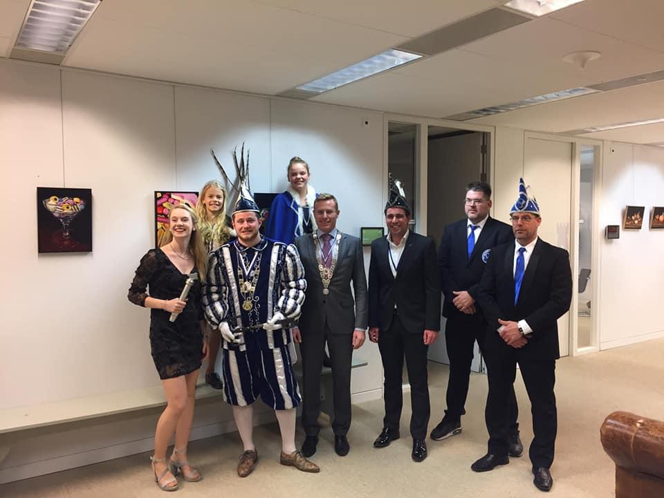 sleuteloverdracht loco burgemeester Willem Buunk aan Prins Mick I van Sneppendorp