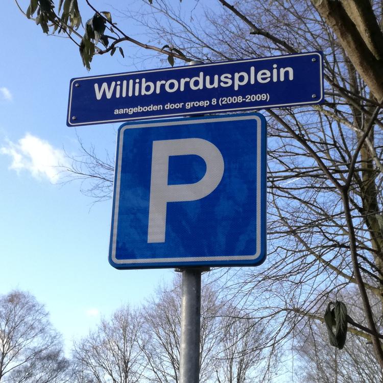 straatnaambord Willibrordusplein boven P-bord