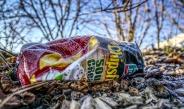 lege chips zak in de natuur