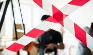rood/wit lint voor werklui in gebouw