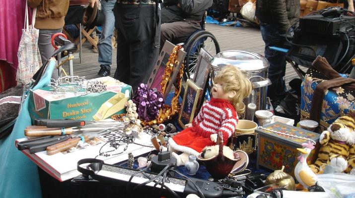 tafel vol spullen op rommelmarkt