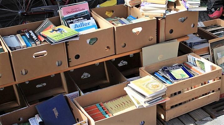 dozen met boeken op rommelmarkt