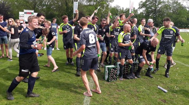 voetbalelftal viert de overwinning met bier