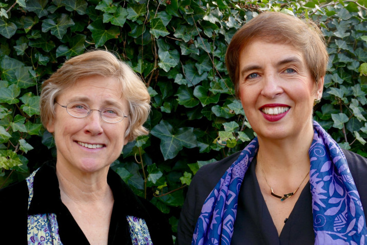 twee vriendelijk lachende vrouwen
