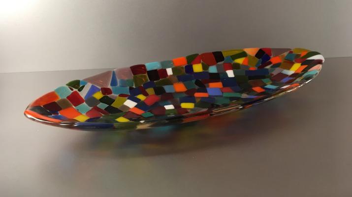 Glazen schaal met vele kleuren