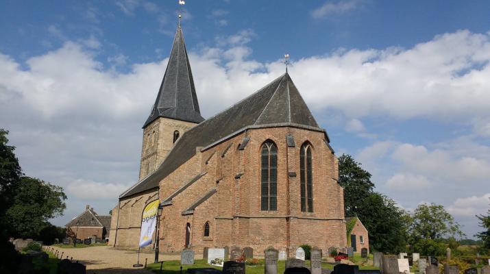 kerk met begraafplaats