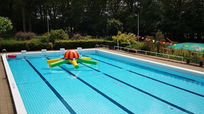 openlucht zwembad met drijvend speelobject