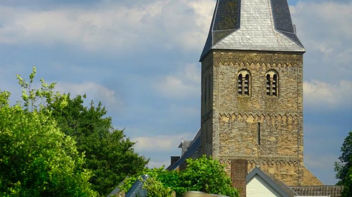 gedeelte kerktoren tussen boomtoppen