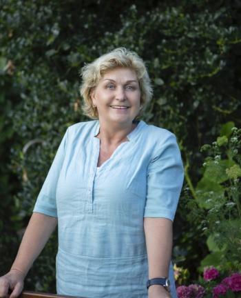 vriendelijke vrouw in lichtblauwe blouse