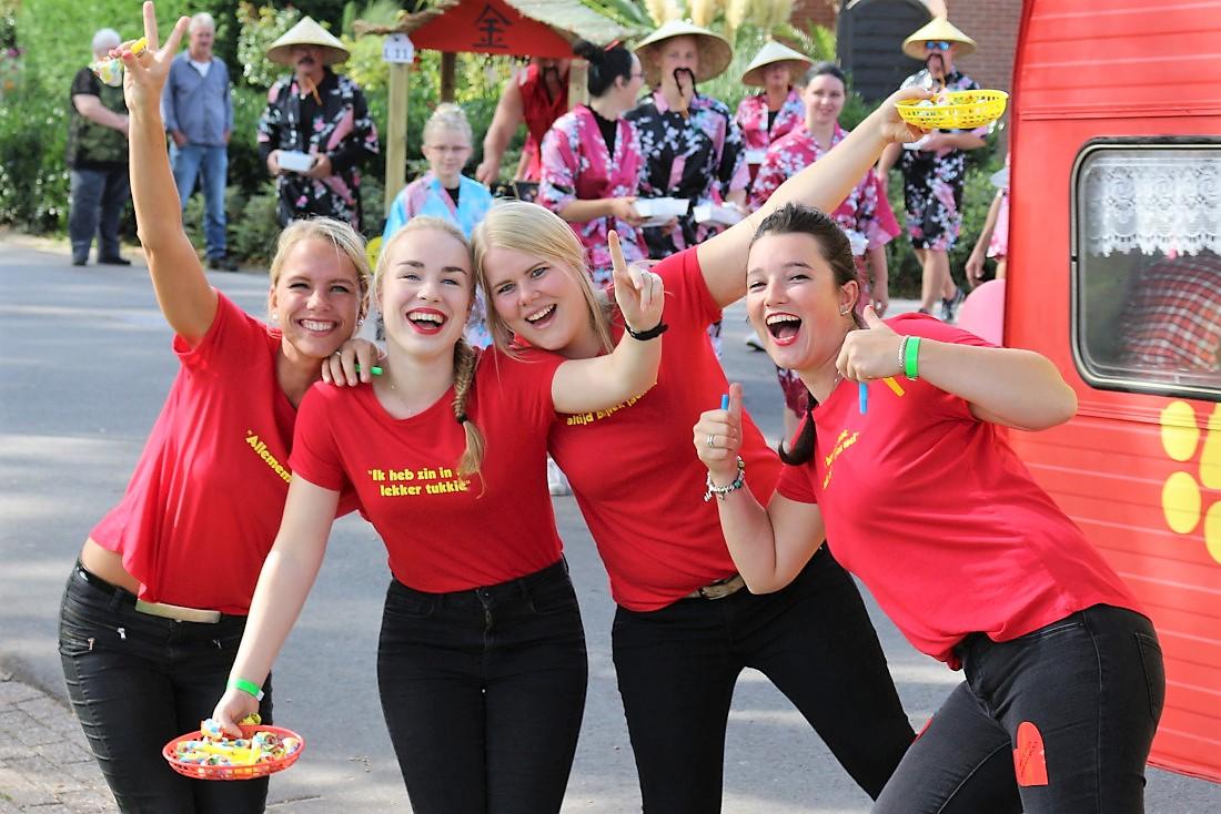 vrolijke meiden in rode shirts