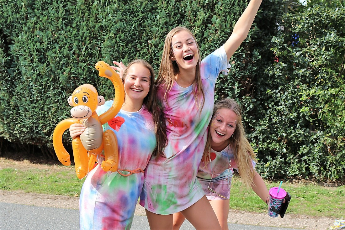 vrolijke meiden in gekleurde jurkjes