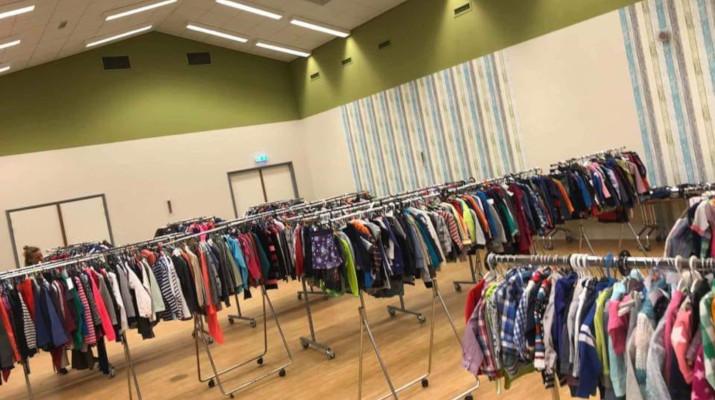 kleding aan rekken in grote ruimte