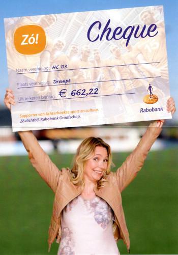vrouw met cheque boven haar hoofd