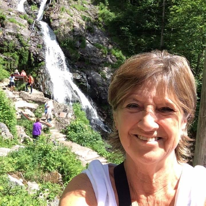 selfie van vrouw voor waterval