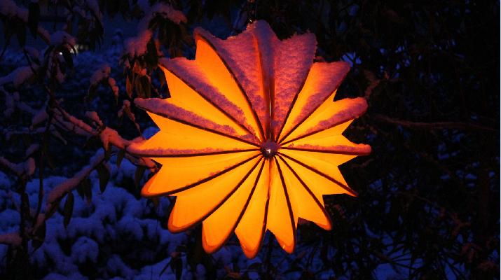 oranje lampion met sneeuw