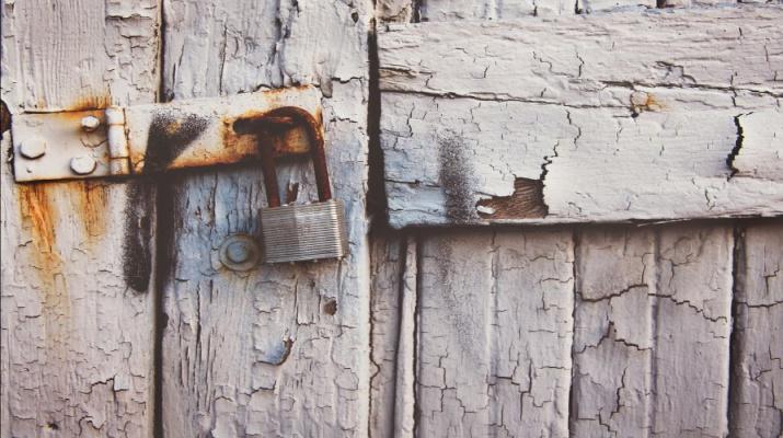 hangslot op oude, afgebladderde deur
