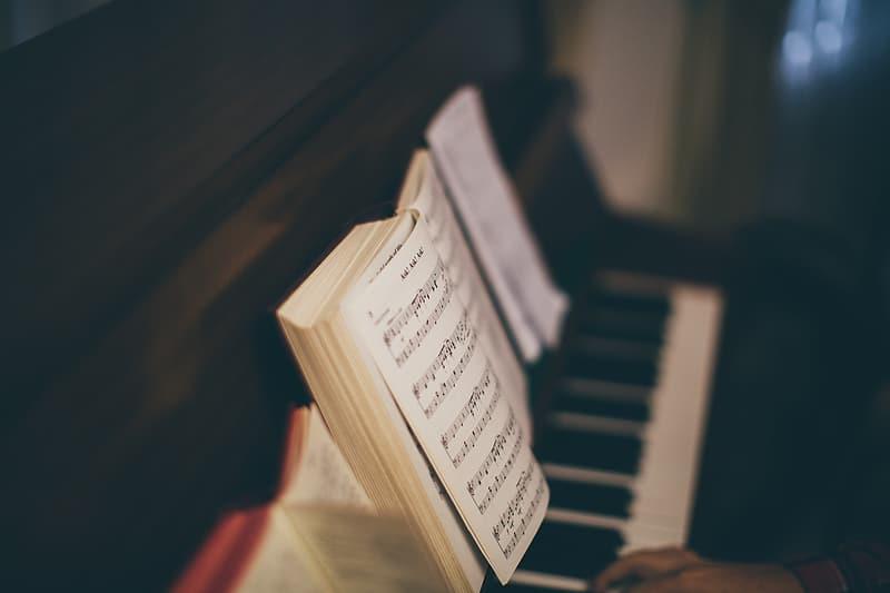 muziekboek op piano