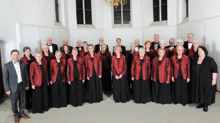 gemengd koor poseert