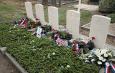 oorlogsgraven met bloemstukken