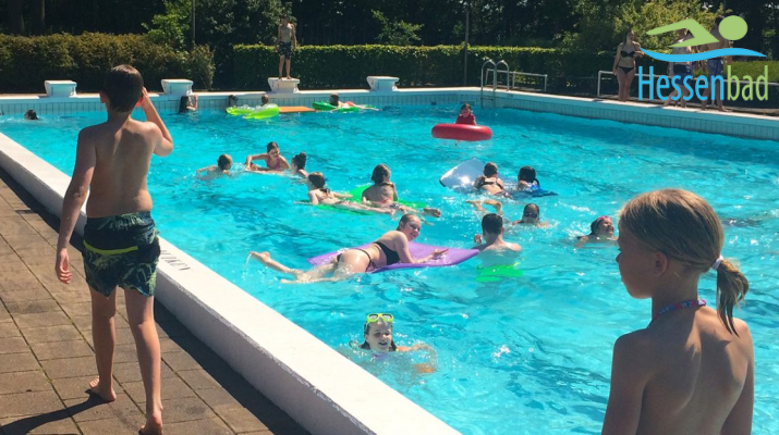 kinderen in openluchtzwembad