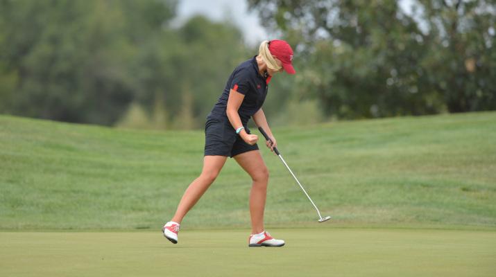 vrouw speelt golf