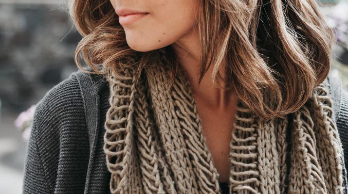 gebreide sjaal om nek van vrouw met lange haren