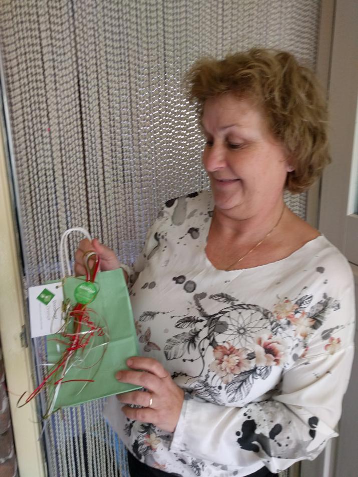 vrouw ontvangt cadeau