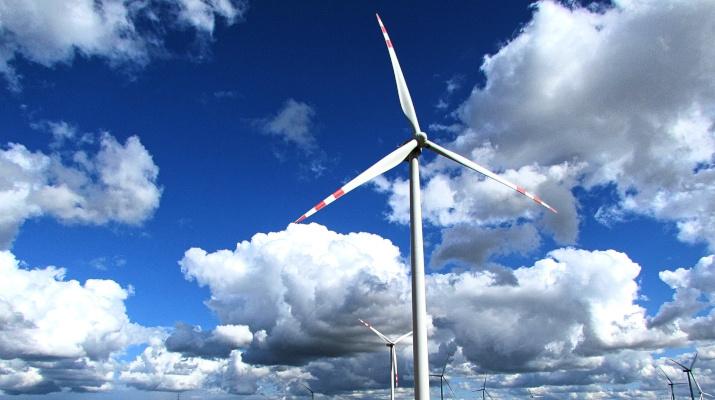 windmolens in wolkenlucht