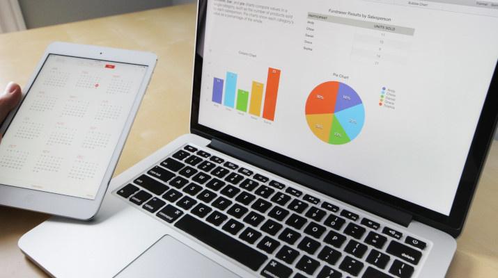 laptop met statistieken op scherm