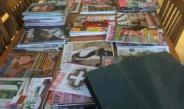 tijdschriften en linnen tas op tafel