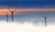 windturbines boven de wolken voor gekleurde lucht