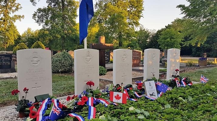 oorlogsgraven met bloemen