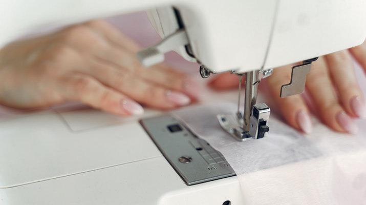 vrouwenhanden onder naaimachine