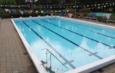 zwembad met slingers