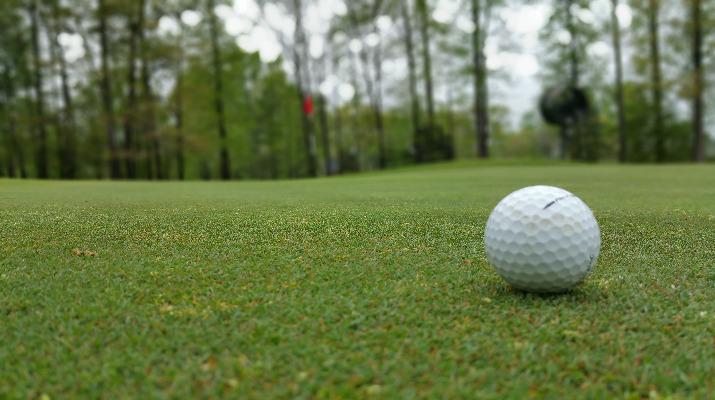 witte golfbal op golfbaan