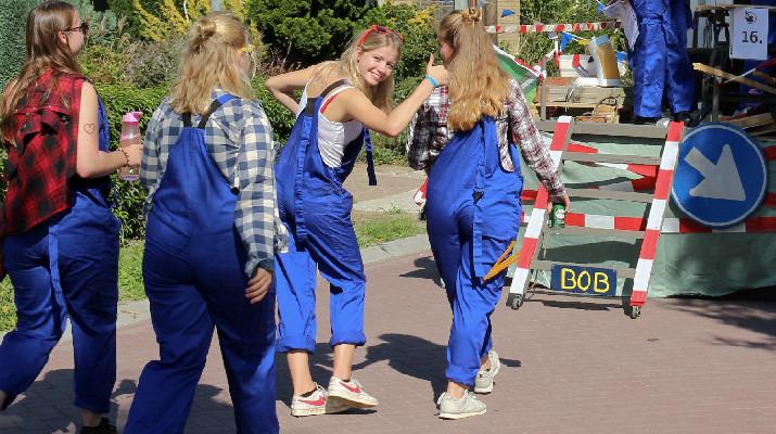 meisjes in blauwe overall in optocht