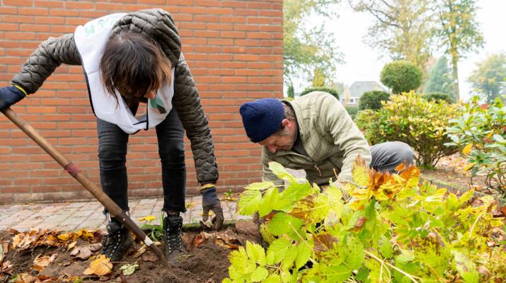 vrouw en man werken in de tuin