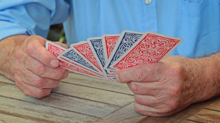 handen oudere man met kaartspel