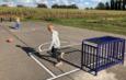 kinderen voetballen op mini-veld
