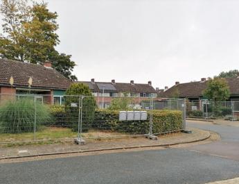 bejaardenwoningen afgezet met bouwhekken